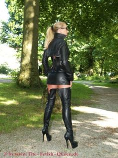 To be dominated by a woman in leather is an amazing thing! To be fucked by a woman in leather with a strap-on is sensational! Short Long Dresses, Crazy Outfits, Sexy Boots, Sexy Stockings, Sexy High Heels, Leather Leggings, Thigh High Boots, Belle Photo, Thigh Highs