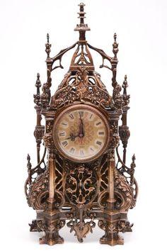 Espetacular caixa de bronze para relógio , inteiramente cinzelada em Gótico, estilo século 19. Acompanha relógio comum despertador , somente para compor a caixa. 46x23,5x8 cm
