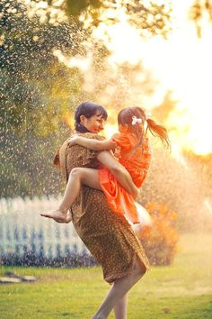 Cool off together on a hot day. | 31 Impossibly Sweet Mother-Daughter Photo Ideas