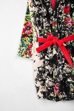 This velour bathrobe is punctuated with bold and colorful floral details and a red tyer. It's sophisticated, comfortable, sexy and chic. In short, it's perfect!