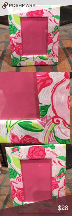 Lilly Pulitzer Delta Zeta Picture frame 6x4 Lilly Pulitzer Delta Zeta Picture frame 6x4.  Beautiful delta zeta sorority print by Lilly Pulitzer.  Hold 6x4 photo.  Cotton cushioned frame.  Perfect for your little sister. Lilly Pulitzer Accessories