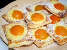 Delicious puff pastry cakes with custard and . Leckere Kuchen aus Blätterteig mit Vanillepudding und… It& easy and quick. Delicious puff pastry cakes with custard and apricots.