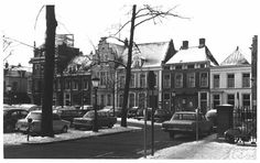 Gezicht op de voorgevels van de huizen Janskerkhof 21-23 te Utrecht vóór de restauratie met rechts het huis nr. 20 in 1976