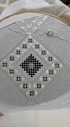 Embroidery Hardanger This Pin was discovered by Nur Types Of Embroidery, Embroidery Patterns Free, Learn Embroidery, Hand Embroidery Stitches, Embroidery Techniques, Cross Stitch Embroidery, Stitch Patterns, Embroidery Designs, Drawn Thread