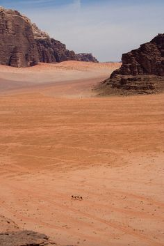 training camp was a hot desert. Desert Dream, Desert Life, Wadi Rum, Tolle Hotels, Totes Meer, Deserts Of The World, Desert Environment, Jordan Travel, Adventure Is Out There
