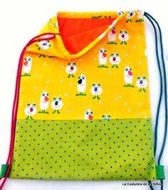 Bolsa - Mochila, confeccionada con tres tipos diferentes de tela 100% algodón.  Forro interior con bolsillo.  Cuerdas de hilo.  Muy resistente.