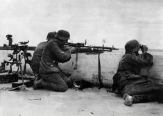 German troops encircle Red Army troops at the Battle of Kiev, German Soldiers Ww2, German Army, Mg34, Battle Of Stalingrad, German Uniforms, Ww2 Photos, Red Army, Luftwaffe, World War Two