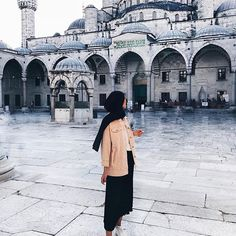 First day in Istanbul and I already fell in love with it! Hijabi Girl, Girl Hijab, Hijab Outfit, Modesty Fashion, Muslim Fashion, Hijab Fashion, Travel Pose, Hijab Stile, Hijab Dpz