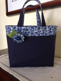 Patchwork jeans bolsillos edredones de mezclilla ideas The cover – which incorporates a minuscule Sacs Tote Bags, Denim Tote Bags, Denim Handbags, Tote Purse, Patchwork Bags, Quilted Bag, Bag Quilt, Bag Patterns To Sew, Denim Bag Patterns