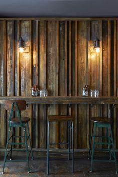 Ce restaurant à la déco très brute a été réalisé par les designers d'intérieurs Brinkworth....   Ici, le parti pris était de créer un espa...