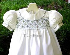 "Pima cotton broadcloth yoke dress smocked with ""Elizabeth"" (see Design board). Scalloped collar & cuffs worked by hand with blanket stitch. Made by Trudy Horne. Smocking Tutorial, Smocking Patterns, Smocking Plates, Smocking Baby, Coat Pattern Sewing, Dress Sewing Patterns, Skirt Patterns, Coat Patterns, Pattern Drafting"