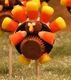 """OREO Turkey Pops - simple and delicious way to spice up the """"kids' table"""" this Thanskgiving"""