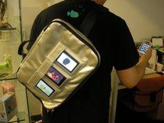 デジタルサイネージバッグの人!このバッグが市販されました。3個入れて、アプリの宣伝、ミュージシャンの宣伝ができます。