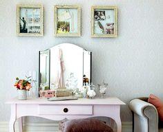 Verwenden Sie offene Vintage-Bilderrahmen als Schaukasten für Lieblingsschmuck, originelle Postkarten, Muscheln, Federn und Fundstücke, die Sie mit kleinen Haken und Kleber auf dem Kartonhintergrund befestigen.