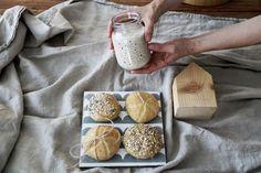 Pečte zdravšie a chutnejšie s vlastným kváskom a to počas celého roka. Camembert Cheese, Dairy, Bread, Healthy Recipes, Homemade, Food, Hampers, Food Recipes, Health Recipes