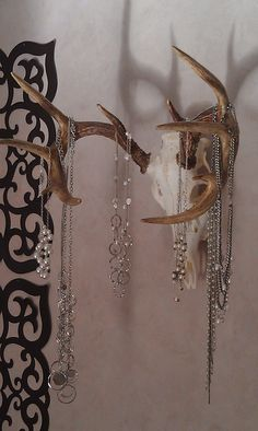I saw this rustic jewelry holder somewhere, can't even remember. Just turn your best set of antlers into a jewelry holder! Rustic and unique! Deer Skulls, Deer Antlers, Deer Skull Decor, Cow Skull, Skull Art, Antler Jewelry Holder, Antler Necklace, Jewelry Hanger, Jewlery
