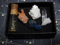 古い時計の部品、クリード石、霰石、カバンシ石、小さな水晶。 小指の第一関節くらいのサイズの、可愛らしい標本たち。 2014年03月 : 時計草の庭通信