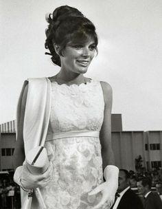 Les plus belles robes des Oscars depuis 1952. Katharine Ross à la cérémonie des Oscars en 1968. http://www.elle.fr/People/Style/Trajectoire-mode/Les-plus-belles-robes-des-Oscars/Katharine-Ross