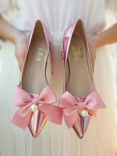 Oh what a gorgeous pair of ! We are in love 😍 Thinking of flats for your wedding? These new Magic Mirror Fairytale flats from will be perfect! Fancy Shoes, Pretty Shoes, Beautiful Shoes, Cute Shoes, Me Too Shoes, Best Bridal Shoes, Wedding Shoes, Shoe Clips, Bow Flats