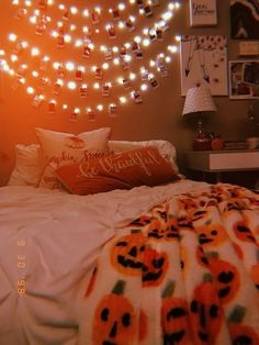 Room decor gives you an option to turn your bedroom into a happy Halloween paradise or something much more creepy. Get ready to make the most wicked and wicked Halloween room. Halloween Living Room, Halloween Bedroom, Fall Halloween, Halloween Tumblr, Halloween Inspo, Halloween Movies, Halloween Party, Outdoor Halloween, Creepy Halloween