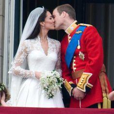Buon anniversario William e Kate!! La coppia reale si è sposata il 29 aprile 2011 con una cerimonia seguita da 2 milioni di persone in tutto il mondo #katemiddleton