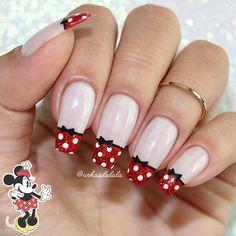 Fazer as unhas com francesinhas sempre ficam lindas e delicadas. E que tal fugir das tradicionais francesinhas brancas e ousar um pouquinho ?! Francesinhas Minnie com muito glitter cheia de bolinhas brancas e um laço preto fofo. Minnie Mouse Nails, Mickey Mouse Nails, Nail Manicure, Toe Nails, Nail Polish, Disney Nail Designs, Nail Art Designs, Sparkle Nails, Glitter Nails