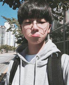 Cute ulzzang boy pouting glasses Korean Fashion - p ↠ homme - Info Korea Korean Boys Ulzzang, Cute Korean Boys, Korean Men, Ulzzang Girl, Korean Girl, Cute Asian Guys, Asian Boys, Asian Men, Cute Guys