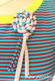 pipa pocoloco: Blume aus Jerseyresten oder Zpagetti-Häkelgarn {Jerseyblumenbrosche}