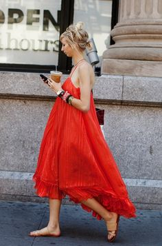 Summer Color, New York « The Sartorialist flowy red dress The Sartorialist, Looks Chic, Looks Style, My Style, Passion For Fashion, Love Fashion, Fashion Models, Style Fashion, Fashion Tag