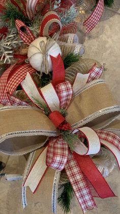 Beautifying Your Home Decor Wreaths, Swags and Garlands for any occasion. Christmas Wood Crafts, Country Christmas Decorations, Christmas Swags, Rustic Christmas, Xmas Decorations, Christmas Projects, Christmas Holidays, Christmas Ornaments, Christmas Wrapping