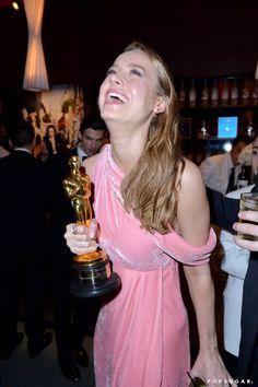 Pin for Later: Die 40 besten Fotos der Oscars  Brie Larson konnte auch Stunden später ihren Sieg kaum fassen.