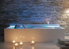 """Nicht baden – floaten.  Mit Nahho erschließt Duravit eine neue Form der Badekultur – das """"Floating"""". Nahho bezeichnetdas Ur-Kanu, den Einbaum. Und Floating, sich einfach im Wasser treiben zu lassen, das Gefühl der Schwerelosigkeit zu genießen und völlig zu relaxen. Wichtigste Voraussetzung dafür ist eine gänzlich ausgestreckte Haltung. Unterstützend bei der Entspannung wirkt die optionale, höhenverstellbare Nackenstütze """"Buschmann"""", einem klassischen Vorbild aus Äthiopien nachempfunden."""