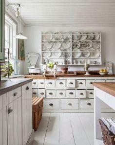 cuisine bois et blanche, rangement rétro apothicaire