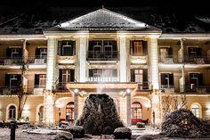 Eisbrunnen vor dem Hotel Warmbaderhof in Villach. Zur Weihnachtszet ist es besonders Festlich im Wellnesshotel direkt in Villach-Warmbad. #weihnachten Spa, Das Hotel, Mansions, House Styles, Home Decor, Warm Bathroom, Villach, Vacation, Christmas