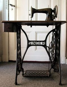 Nostalgia - Grandma's Singer Sewing Machine, you pushed the pedal at the bottom, back and forth and that made it sew. Treadle Sewing Machines, Antique Sewing Machines, Nostalgia, Sweet Memories, Childhood Memories, Objets Antiques, Retro Vintage, Old Singers, Sewing Table