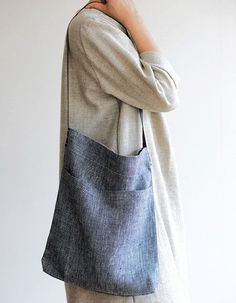 A casual tote for lighter weight items, the Jill features a buttery leather strap and one useful pocket on the exterior.blueberrymodern: fog linen - beautiful fabric in a super simple bag. Fog Linen, Linen Bag, Sewing Clothes, Diy Clothes, Couture Cuir, Craft Bags, Simple Bags, Fabric Bags, Cotton Bag