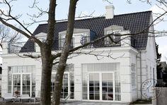 Bygningens hovedrum er alle placeret med udsigten for øje Aesthetic Bedroom, Facade Design, Garden Pool, House Painting, Curb Appeal, Interior Inspiration, Interior And Exterior, Townhouse, Beautiful Homes