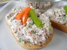 Pomazánka z uzeného masa s křenem recept   Vaření.cz Salmon Burgers, Baked Potato, Toast, Potatoes, Baking, Ethnic Recipes, Food, Potato, Bakken