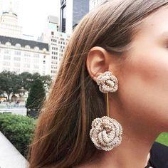 La imagen puede contener: una o varias personas, primer plano y exterior Jewelry Design Earrings, Beaded Earrings, Earrings Handmade, Diy Jewelry, Beaded Jewelry, Jewelery, Handmade Jewelry, Crochet Earrings Pattern, Crochet Patterns