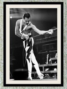 QUEEN - Singer-songwriter Freddie Mercury was born Farrokh Bulsara on September in Zanzibar, Tanzania. As the front man of Queen, Freddie Mercury was one of the most talented and innovative singers of the rock era. Queen Freddie Mercury, Anthony Kiedis, John Deacon, Kylie Minogue, Fred Mercury, Freddie Mercuri, Rock And Roll, Fernanda Yamamoto, The One