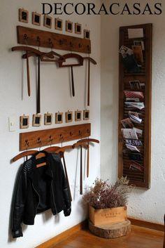 Cabides antigos, ganchos posicionados com pequenas lousas e uma veneziana antiga que serve como porta correspondência. Receita para uma decoração charmosa em um hall de entrada. Ideia mostrada por Flávia Ferrari no DECORACASAS.