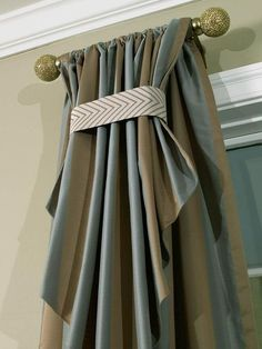Use my linen with contrast on top. The Royal (Window) Treatment - Traditional Living Room Mixes Old with New on HGTV I need these rods for my great room windows Bedroom Blinds, Home Curtains, Bedroom Windows, Living Room Windows, Curtains With Blinds, Valances, Cornices, Window Blinds, Luxury Curtains
