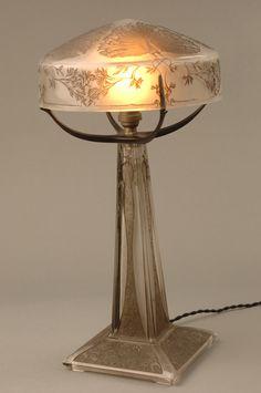 """René Lalique disait """"Il faut mettre à la portée du peuple des modèles qui éduqueront son oeil, il faut vulgariser la notion esthétique"""" - Lampe Paons - 1910"""