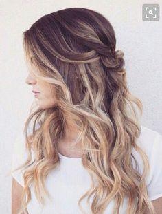 Balayage cabello largo con ondas suaves y semi recogido.