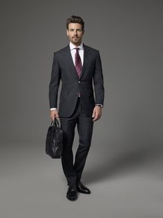 Anthrazit ist neben Blau die zweite geadelte Farbe in der Businessgarderobe. Dieser Anzug aus Schurwolle ist daher ein Basic im Büro, mit dem Sie immer gut beraten sind. Kombinieren Sie dazu ein Hemd in klassischen Farben wie Weiß, hell Blau oder Rosé.