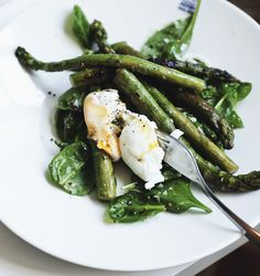 Asparagus with spinach, dijon vinaigrette and poached egg - Suvi sur le vif / Lily.fi