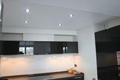Plafond tendu blanc mat blanc pour une cuisine avec insert de spots Insert, Spots, Decoration, Bathroom Lighting, Mirror, Furniture, Home Decor, White People, Kitchens