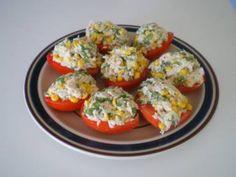 Imagem ilustrativa da receita de tomate recheado que leva atum em seus ingredientes. Além de ficar muito bonito, como pode ser observado na imagem, também é muito saboroso por causa dos temperos utilizados. Opção boa para uma reunião familiar.