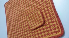 """Jogo americano quadrado feito em tear de pregos, 100% algodão, na padronagem """"pied-de-poule"""", e acabamento em crochê nas laterais. Acompanha porta-copos na mesma padronagem com acabamento em crochê e E.V.A. decorado. <br> <br>Disponível em marrom/amarelo. Para outras cores e quantidades, consulte prazos e disponibilidade."""