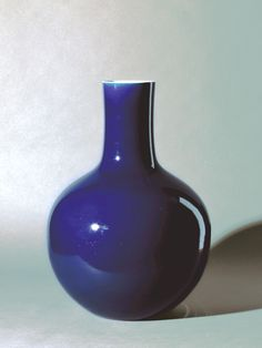 Vase, Porcelain with cobalt underglaze, Qing Dynasty China. Cobalt is used to get the coloration, as cobalt remains the same temperature even through the firing process! #Chineseart #Ceramics #Crowcollection